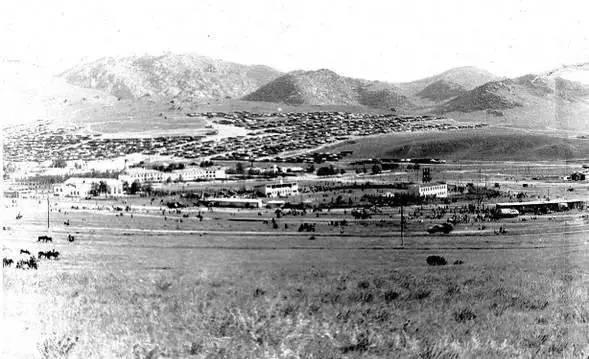 后杭盖省策策尔格勒市东部远眺,徐洪慈摄于1980年