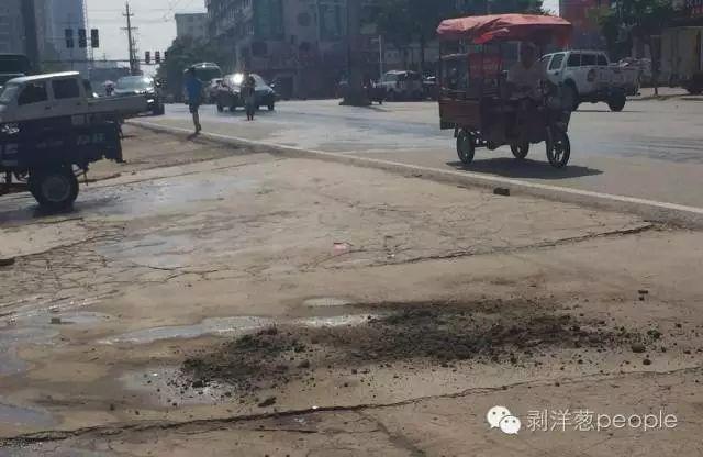 城管队员李伟受伤处的血迹已被黄土掩盖。新京报记者安钟汝 摄