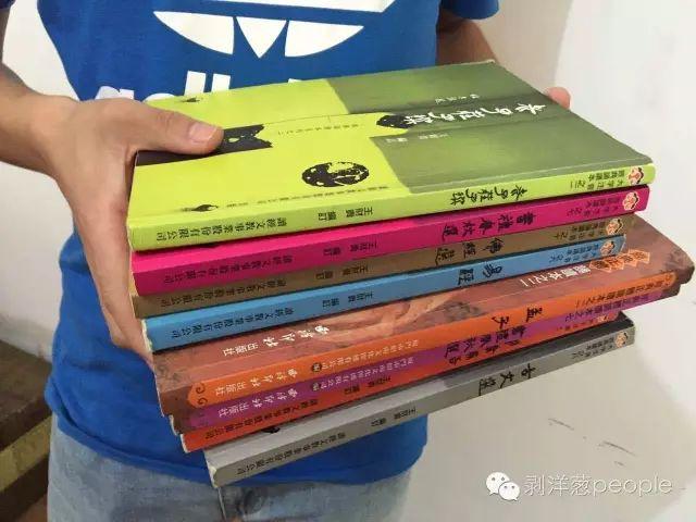 """郑惟生展示他""""包本""""背诵的经典书籍。新京报记者罗婷 摄"""