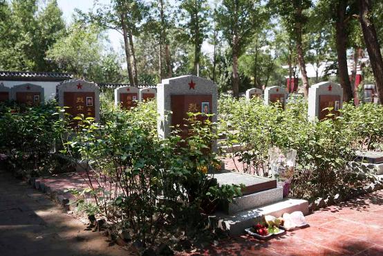 蔚县烈士陵园,这里安葬着13位在天津爆炸中牺牲的消防员。摄:Howard/端传媒
