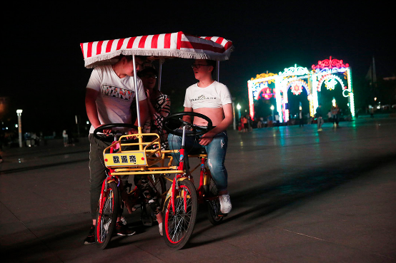 2016年6月7日,河北张家口蔚县,夜晚,年轻人在市民广场上消磨时光。摄:Howard/端传媒