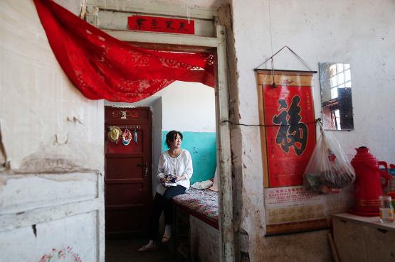 儿子李潇在天津大爆炸中牺牲后,李淑荣搬到了弟弟家,深居简出,常常以泪洗面。摄:Howard/端传媒