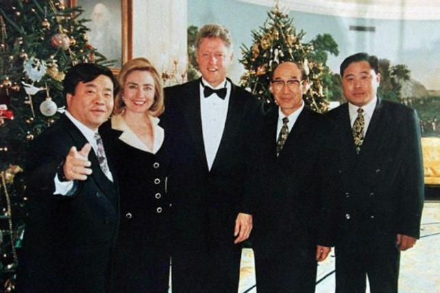1994年,当时仍是贺业军的他曾与时任总统克林顿及第一夫人希拉莉在白宫合影