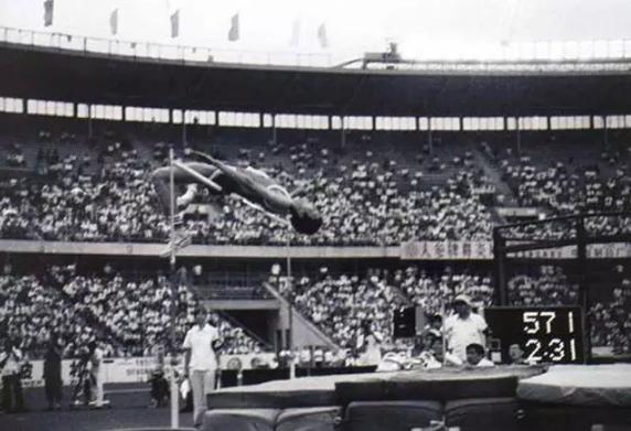 图:洛杉矶奥运会上,朱建华以2.31米的成绩获得男子跳高铜牌