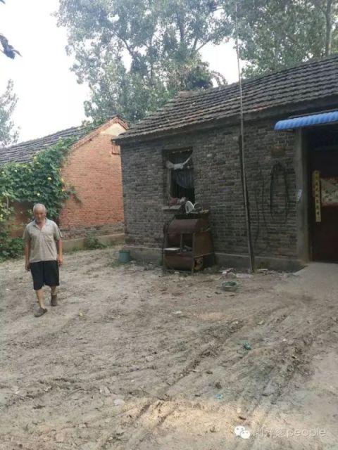 张国友在农村的房子,图中老人为张国友父亲。新京报记者安钟汝 摄