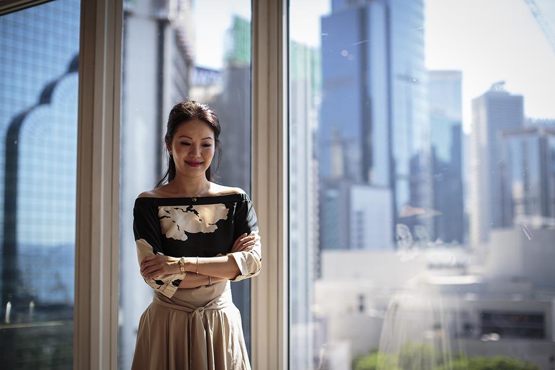 2000年10月,张宝华在人民大会堂内追问江泽民,被惹恼的江泽民斥责她「too simple,sometimes naive」。摄:吴炜豪/ 端传媒