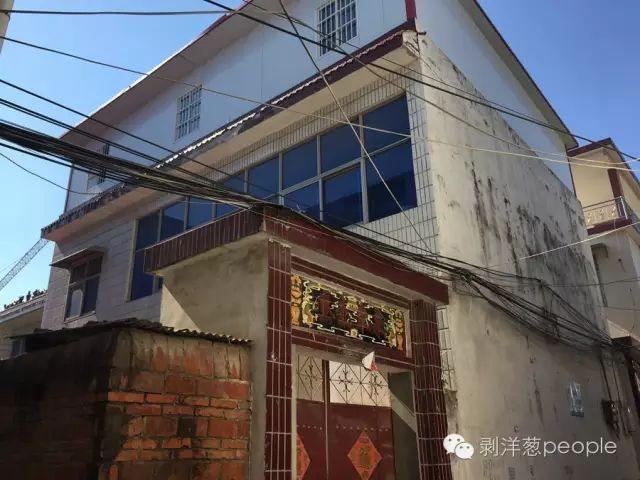 李伟的家在一条胡同里,二层加盖的简易板材。新京报记者安钟汝 摄