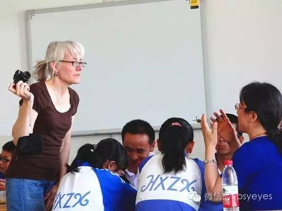 """她是""""人民教师""""吗?她从事的是""""党的教育事业""""吗?"""