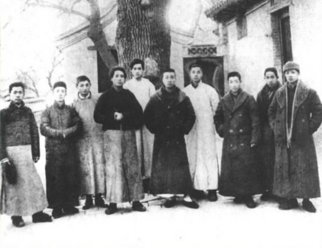 1920年,泽东同志和友人在北京合影