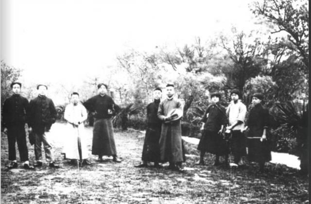 1920年,泽东和友人在上海合影,左数第四个