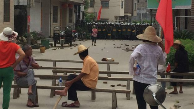 乌坎村民发给媒体的照片显示,大量警察和村民对峙。