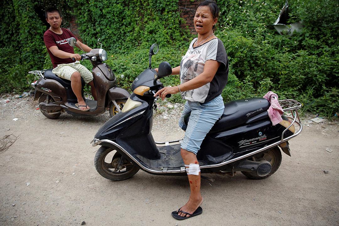 两名在冲突中受伤的乌坎村民。摄:Damir Sagolj/Reuters