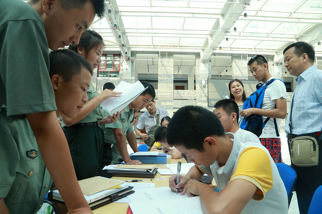 北京大学国防生报到,新国防生进行填表。图:Imagine China