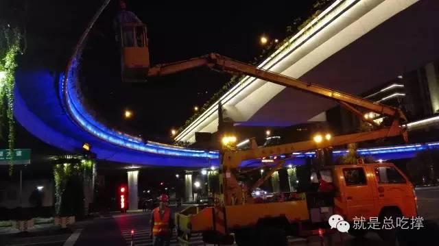 8月28日深夜,工人在维修路灯(小明哥摄影)