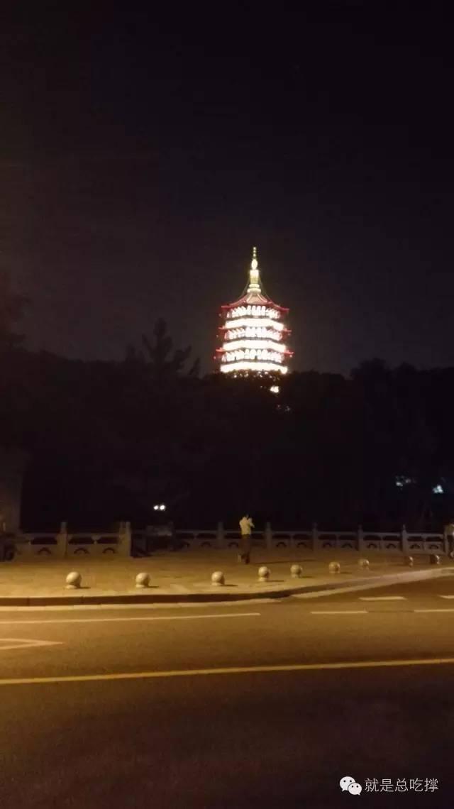 看似灯火通明的雷峰塔,可惜是后造的假塔(8月28日夜,小明哥摄影)