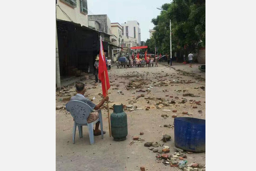 乌坎村民阻止防暴警察进村。村民发放予媒体的照片