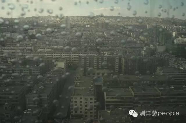 8月31日,从白银市中心的制高点鸟瞰,灰色的楼群连接着远处灰色的群山。新京报记者吴江 摄