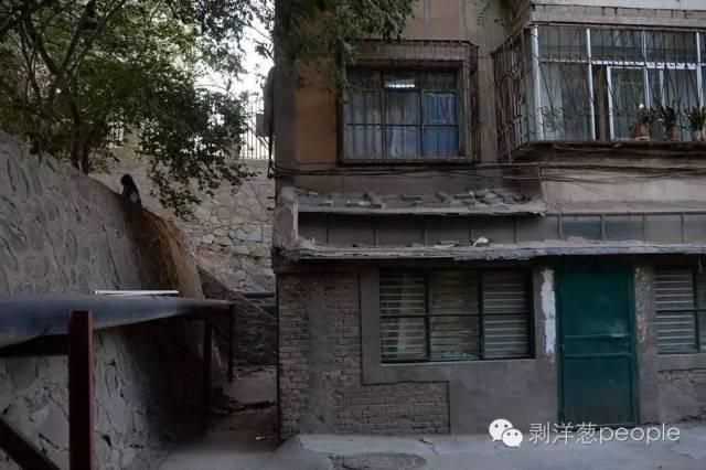 8月31日,白银市东山路一处居民楼。1998年11月,居民楼二楼的女青年崔某在家中遇害。新京报记者吴江 摄