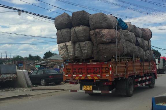 装满经人力初捡分类废品的货车。 赵晗提供