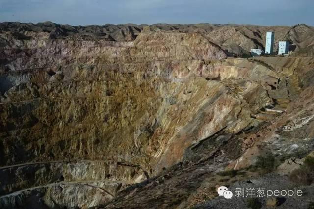 9月1日,白银露天矿旧址,直径达到一千米的矿坑叙述着白银这座矿城的历史。 新京报记者吴江 摄