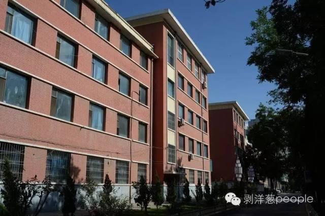 8月31日,曾经的白银市供电局宿舍。1994年和1998年,两起案件相隔分别发生在两栋大楼里。新京报记者吴江 摄