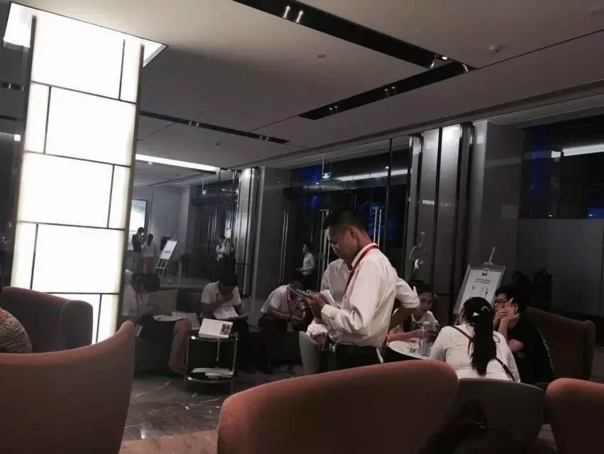 售楼处满是看房客。图 / 安小庆
