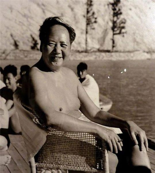 毛泽东在北戴河 神情愉快