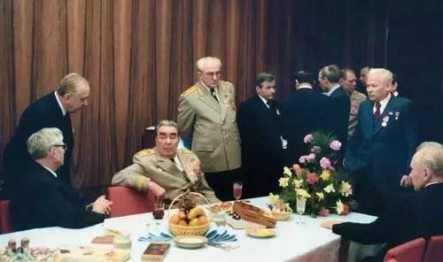 呦呦鹿鸣 | 一个在自己的葬礼上致富的政党:苏共