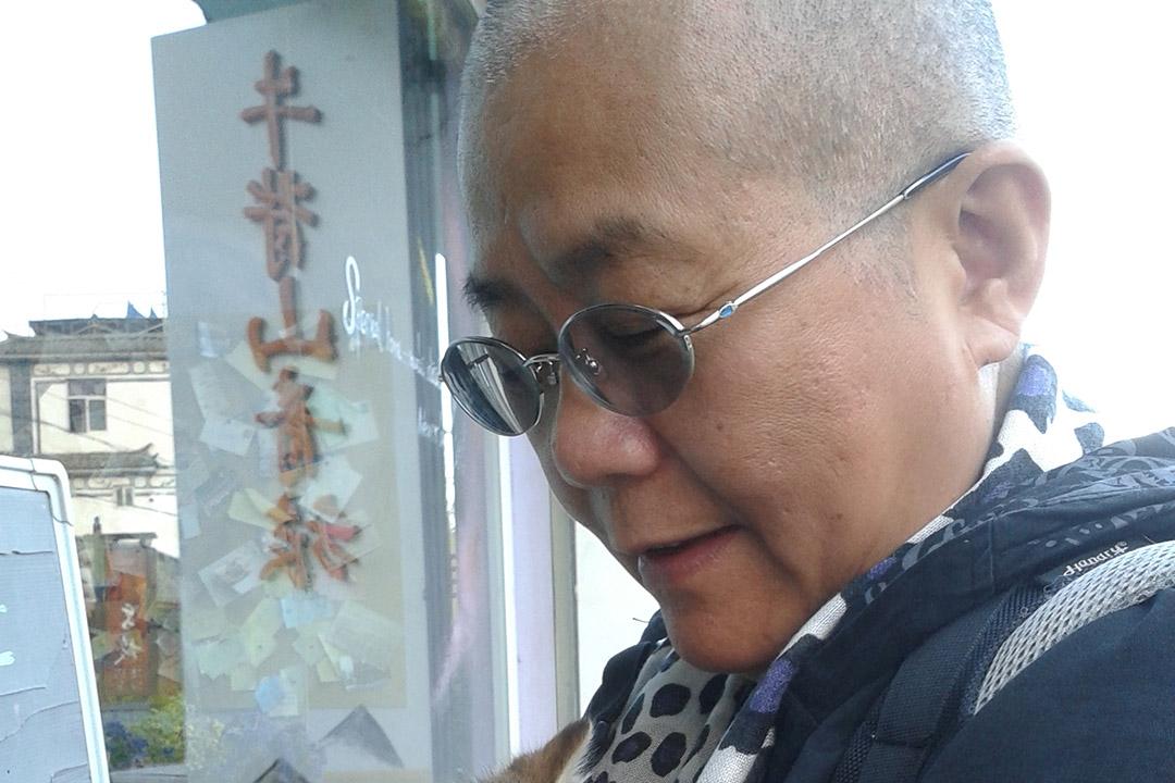 王荔蕻撑占中剃光头。摄:天天