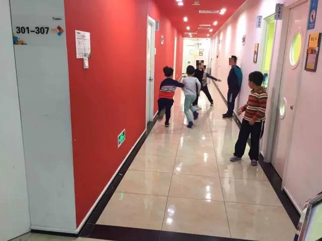 晚上8点,培训班的学生下课,在走廊追闹。爱玩依然是孩子的天性。