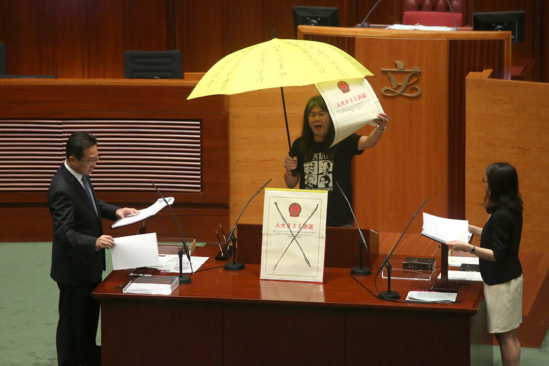 端传媒|香港立法会复会 三议员因增删誓辞内容宣誓未被接纳
