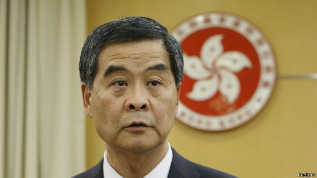 """港府回应:支持释法,与香港独立司法权不矛盾。 香港特首梁振英和律政司司长袁国强周一午间时间召开记者发布会。梁振英在会上表态,对中国人大释法表示支持,将全面切实执行。 袁国强表示,释法未改变香港现有的法律内容。需要时间研究释法内容对香港的影响。 释法也并未增强监誓人的权利。他表示,释法更清楚,强调了基本法原本的意义,并未修改基本法。 此前,香港政府向高院起诉,要求推翻立法会主席批准青年新政两名新任议员梁颂恒和游慧祯再次宣誓的裁决。 袁国强表示,梁游二人的案件,是否重新开审,交由法庭处理。 但二人并未回答记者关于港府是否受到中央压力的问题。也未回答,中央高度关注""""港独""""问题,是否因为港府并未处理好,所以需要中央释法的问题。"""