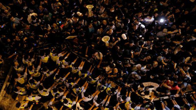 星期天(11月6日)的游行最初和平进行,但其后激进派转往中国中央政府驻香港联络办公室抗议,与警方爆发冲突。