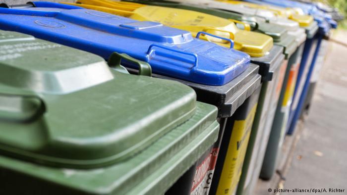 在德国,垃圾分为废纸垃圾、塑料垃圾、生物垃圾和剩余垃圾,分别进行回收处理。但是这种严格的分类在中国还远未实现