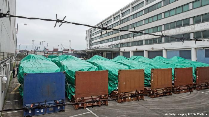 新加坡军用装甲车停放在香港葵涌货柜码头