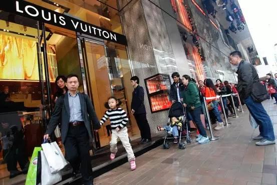 全世界大城市里的LV,几乎都排满了中国人。