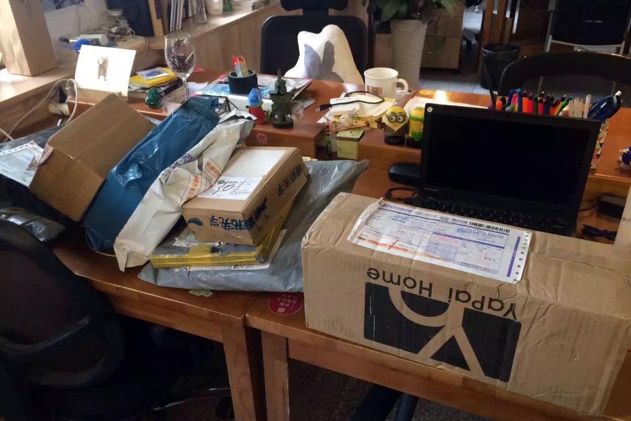 2015年「双十一」网购节之后,快递送到,铺满了桌面。作者提供