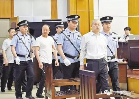 王文军等人进法庭受审。