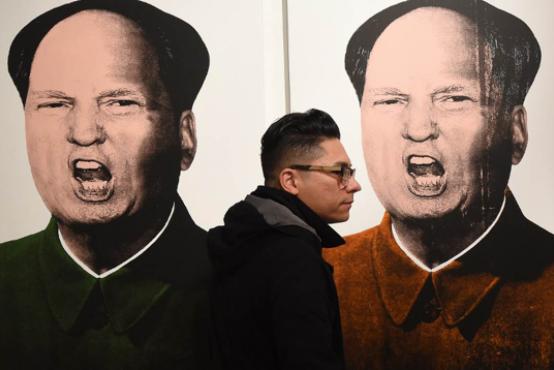 图为2016年1月31日,一个人走过艺术家Knowledge Bennett的作品。摄:Mark Ralston/AFP