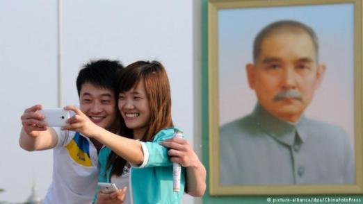 每逢重大节日,天安门广场上都会竖立孙中山的巨幅画像,同城楼上的毛泽东画像对视。(2014年5月1日资料图)