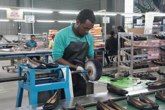 在埃塞俄比亚,一个普通制鞋工人的起始月薪大约在40-50美金左右。摄:張子竹