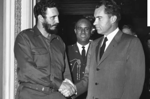1959年,卡斯特罗(左)访美时与尼克松会晤