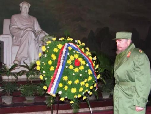 1995年12月,卡斯特罗参观毛主席纪念堂,向毛泽东的雕像献上花圈
