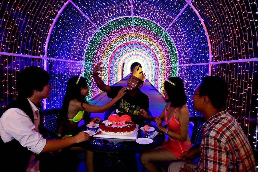 ^一名年轻富二代包下整个灯展空间为自己庆生。图:Imaginechina