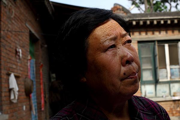 """2013年6月23日,河北省石家庄市下聂庄,聂树斌的母亲张焕枝。1994年8月5日,石家庄西郊,38岁的女工康菊花遭奸杀。一个月后,21岁的电焊工聂树斌被捕。1995年4月27日,经河北省高级人民法院二审和核准,聂树斌被执行死刑。十年后的2005年,疑似""""真凶""""王书金落网。聂母开始四处奔走呼号。2013年6月25日,邯郸中院将开庭审理""""王书金案""""。 早报记者  孙湛  图"""