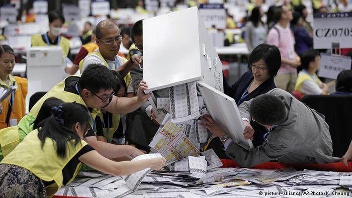 香港立法会选举之后的计票工作现场