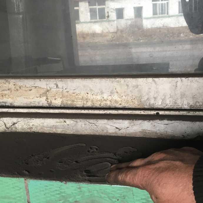 松汀村一处废弃院窗台灰尘。摄|冯存健