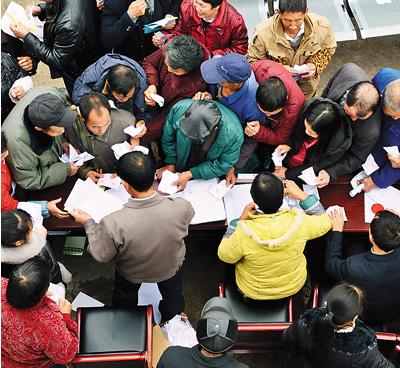 重庆市綦江区三角镇杜家村镇人大代表换届选举现场。陈星宇摄(人民图片)