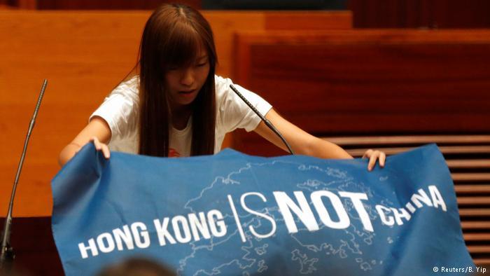 """游蕙祯在宣誓仪式上打出""""香港不是中国""""的标语"""