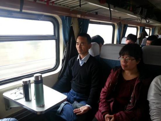韩德强在去东北的火车上打坐,旁边坐的是张静霞。